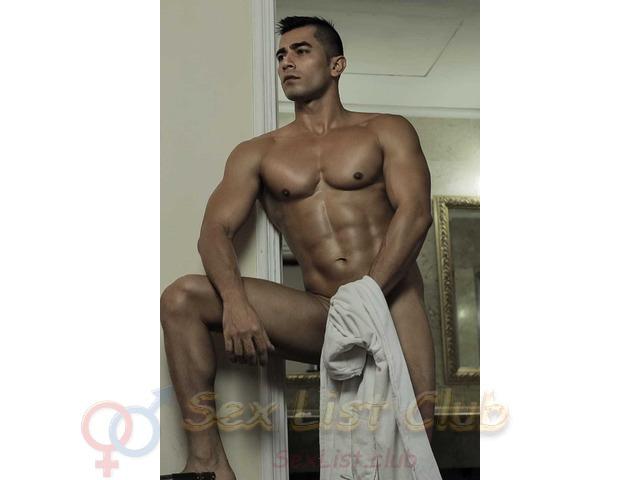 SEBASTIAN un hombre extranjero guapo bronceado y cuerpo atletico