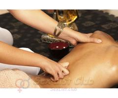 Bella mujer madura profesional del masaje prostático
